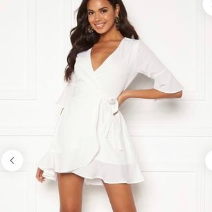 Jättefin vit klänning från Bubbleroom, perfekt till studenten!🥰 Helt ny med lappar kvar, säljer pga för stor. Pris kan diskuteras vid snabb affär!! Nypris: 499kr