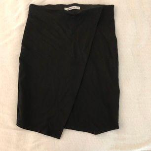 Säljer en jätte söt tight svart kjol i storlek XS, den är knappt använd och är därav i mycket fint skick, väldigt skön att ha på sig och sitter mycket fint🦋🦋 frakten ingår i priset