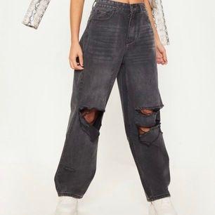 Svarta boyfriend jeans från pretty little thing. Använda en gång så väldigt bra skick säljes pga fel storlek. Frakt ingår i priset! Storlek 4 motsvarar 36