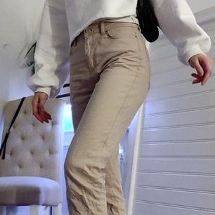 Mom jeans kakie beige från gina- trico i Strl 36, snygga byxor som passar perfekt till vår/ sommaren☀️🤩⚡