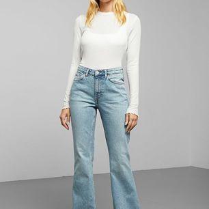 Ett par super snygga weekday jeans, men är tyvärr för stora för mig som är en S. De är i samma modell som på bild 1 men i samma färg som på bild 2. Är använda ca 5 gånger så är i bra skick. Nypris är 600 kr. Skriv om du har några frågor. 💞