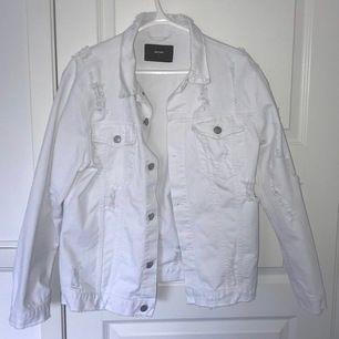 """Asball vit jeansjacka med slitningar. Aldrig använd då den inte riktigt är min typ av """"stil"""". Storlek S men är oversized så passar en M/L också beroende på hur man vill att den ska sitta. Köpt för 600kr men säljer från 200+frakt eller bud."""