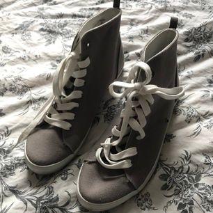 oanvända skor i storlek 38. fint skick. kan fraktas eller så kan vi mötas upp i Färgelanda/Högsäter/Uddevalla.