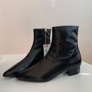 Oanvända skor från Zara i storlek 35. Prislapp och papper/kartong i skorna är kvar. Säljer för att dom inte kommit till användning. Nypris: 399kr.   💌 fraktas med PostNord spårbart 63kr.