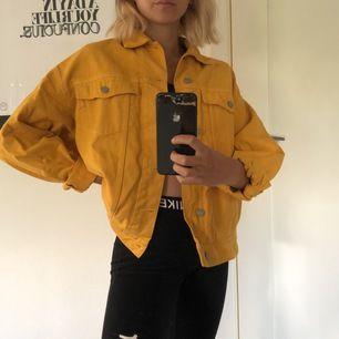 Gul jeansjacka i oversized modell från Weekday 💛💛  XS men väldigt oversized! frakt på 89 kronor tillkommer 🤍