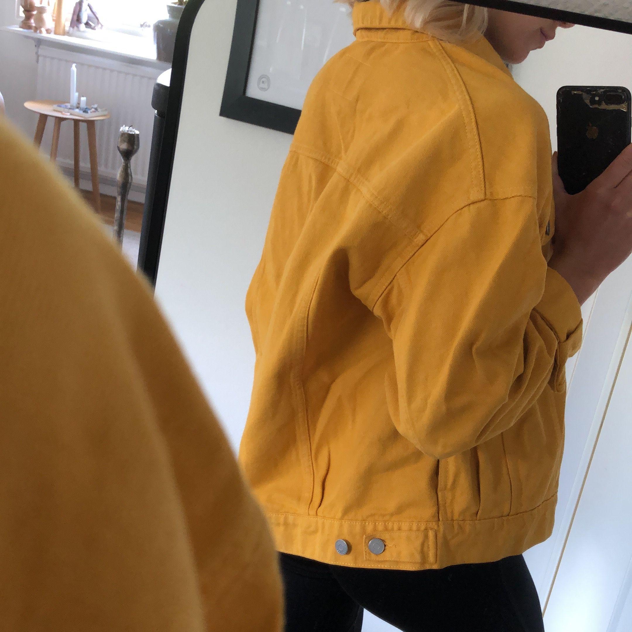 Gul jeansjacka i oversized modell från Weekday 💛💛  XS men väldigt oversized! frakt på 89 kronor tillkommer 🤍. Jackor.