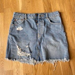 Snygg jeanskjol från Gina. Nypris: 399kr. Storlek 36/S/M. Säljer då jag har för många kjolar. Frakt 55kr.