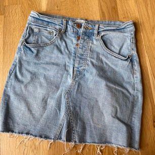 Jeanskjol från Gina. Storlek 36/S/M. Nypris: 349kr. Säljer då jag har för många kjolar. Frakt: 55kr.