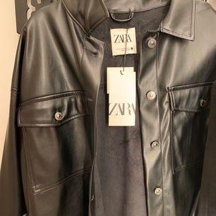 Skinnskjorta från zara med fickor och silvriga knappar, skitsnygg men används inte längre!💖