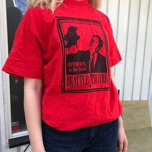 Jättecool T-shirt som ej används längre. Toppenskick! M men kan passa de flesta storlekar, själv har jag ca xs/s i tröjor