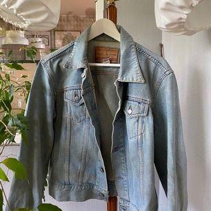 Ljus jeansjacka från DISEL!🦋 sitter lite oversized på en XS-M 😍 Vintage med jättesnygg tvätt🤙