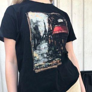 Jättefin tshirt med ett coolt tryck. Strl S men kan nog passa xxs-M