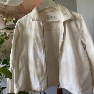 Jättesnygg vit jacka från NAKDxVanessa Moe😍 material som en tunn jeansjacka så perfekt nu till sommaren🥺🦋