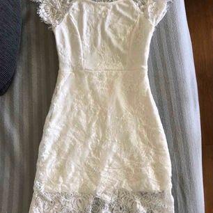 Säljer super fin studentklänning, hittade en annan klänning så därför säljer jag denna. Priset är inkl frakt.