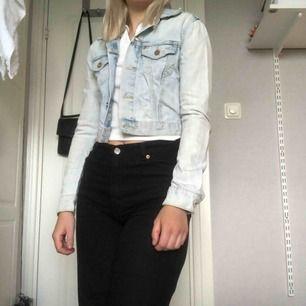 Ljusblå jeansjacka. Bara att höra av sig vid frågor!🍀