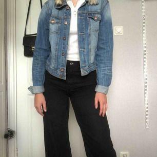Lite mörkare blå jeansjacka, väldigt snygg och knappt använd. Bara att höra av sig vid frågor!🍀