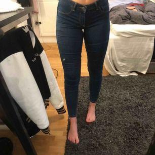 Jeans som är anpassade för rumpan och göra den större. Knappt använda då ej min stil men formar benen snyggt! Bara att höra av sig vid frågor!🍀