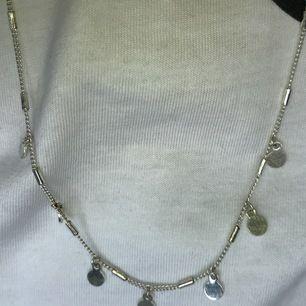 Gulligt halsband från hm. Knappt använt. Frakt 11kr