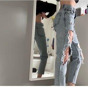 Mom jeans med slitningar, storlek 34. Köpta i Stockholm men knappt använda då de är lite för korta för min smak (jag är 170 och har långa ben).