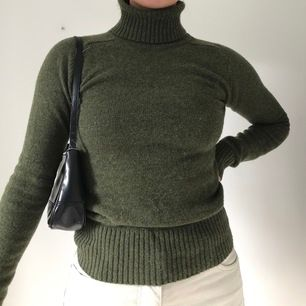 Militärgrön stickad tröja från h&m i storlek 32-34.