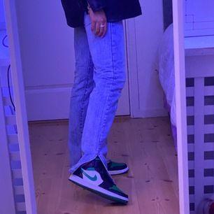 Populära jeansen med slits, as snygga men tyvärr lite för stora för mig så har klickat hem ett par nya i en mindre storlek🥺 skulle säga att det passar någon som har 38/40 i byxor💖💖