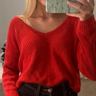 Röd v-ringad stickad tröja från Nakd. Går att ha på båda hållen. Lite stor i storleken.