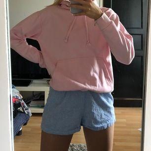 Säljer den här rosa hoodien som inte kommer till användning längre! Inköpt på affären från Ö till A i sthlm för ca 300kr. Buda💗