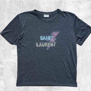 Säljer nu min älskade Saint Laurent t-shirt då den inte kommer till användning. Kvitto finns ej då jag köpt den på en sida som säljer begagnade märkeskläder & där garanterar dom 100% äkthet. Frakt tillkommer