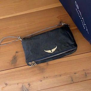 Super fin Zadig väska, säljes pga att den ej kommer till användning, köpte av en annan tjej på instagram för 2000kr så säljer den för 1000kr vid snabb affär annars 1500kr. Lång silvrig kedja och dustbag medföljer väskan är i vanliga storleken