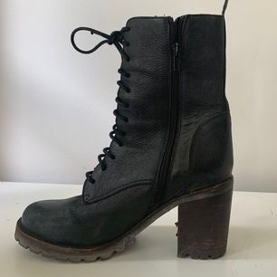 Svarta läder kängor med klack strl. 39