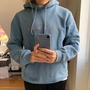 Blå stussy hoodie stl S. Sitter snyggt och den är lite oversized i modellen. Används hyfsat mycket under ett års tid men säljer den pågrund av pengabrist, väldigt snygg!!! Inga synliga fläckar eller slitningar men den är använd så inte i perfekt skick
