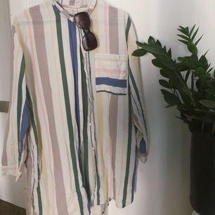 En oversize skjorta som är så fin nu till sommaren, fungerar att ha som en klänning eller till shorts! 🌸🌺 Köparen står för frakt/möts upp i Sthlm!