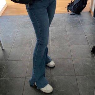 Säljer mina jeans med slits från pull and bear! Storlek 36 trasiga vid ett ställe ( bild 2)