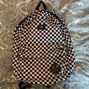 Klassisk schackrutig Vans ryggsäck i nyskick! Har endast använt den två gånger. Kan gå ner i pris vid snabb affär. Köparen står för frakten. Swish 🖤