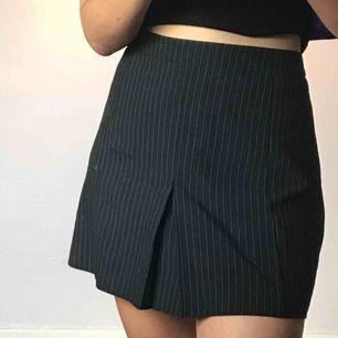 """Kortare """"kostym"""" kjol i storlek M. Säljer pga för stor ( har en säkerhetsnål i midjan på bilderna). Frakt tillkommer💕💘"""