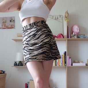 Jättefin tigerrandig kjol i velour. Tyvärr lite för liten för mig.. (markerad storlek 40 men absolut XS). Kan mötas upp vid stigbergstorget/gbg eller 44kr frakt:)
