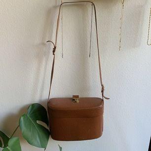 Världens coolaste väska. Vintage kamera väska köpt från Tradera. Har använt den som en vanlig väska. Fint skick! Kan skicka fler bilder. Köparen står för frakt. Swish🌻