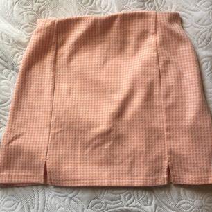Fin pepitarutig kjol som jag köpte på pull and bear i Paris för ett år sedan. Är aldrig använd, då den är  för kort på mig. Är S men sitter som en XS. Skriv om du har några frågor! 💞
