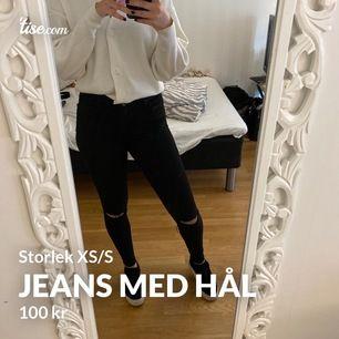 Svarta jeans storlek Xs/S med egen gjorda hål från Noisy may. Använt många gånger men fint skick. Frakt tillkommer (köparen står för frakten)☺️