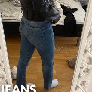 Jeans från Lee som jag klippt hål i själv. Står ingen storlek men ungefär XS. Säljer då de inte riktigt är min stil längre. Väl använda men bra skick! Frakt tillkommer (köparen står för frakten)😋