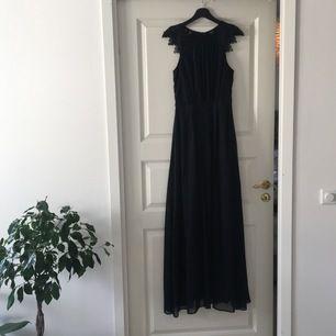 Oanvänd långklänning från Bubbleroom i Navy blue. Fortfarande i plastförpackningen. Lace Trim Chiffon Maxi Dress Navy. Ord. pris 699kr