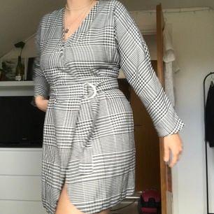 Rutig klänning från ASOS som jag endast har använt en gång! Säljer den då den är lite för kort för mig (jag är 173cm)! (Frakt inte inkluderat i priset)