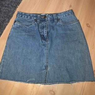En superfin jeanskjol i storlek 34, tyvärr är den för liten på mig (jag är en 36) vilket är supertrevligt, den är i tjockare jeanstyg, alltså bra kvalité:) Frakten ingår i priset!