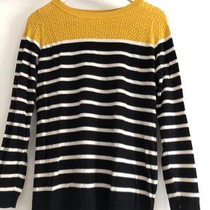 Finstickad tröja med ränder och senapsgul kontrast från märket Oasis. Bekväm och använd kanske 2 ggr max. Köparen står för frakt.