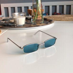 Riktigt feta solbrillor med blått glas, perfekta till sommaren.