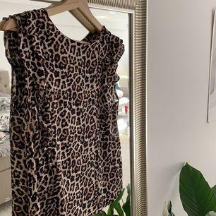 Jätte snygg leopard blus från second Female. Haft den ett tag men inte använd så mycket alltså i superbra skick. Frakt 50 kr (köparen betalar frakt)