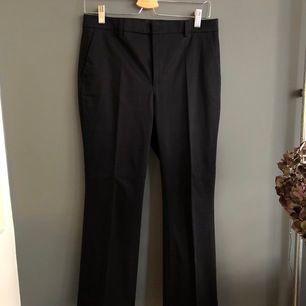 Mörkblå kostymbyxor från Filippa K. Köpta på sample sale, använda ett fåtal gånger. Fint skick!