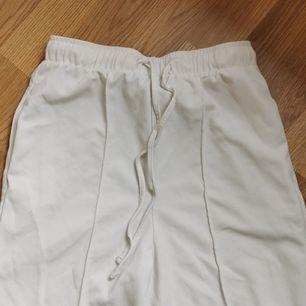 Snygga vita kostymbyxor från bikbok i storlek S