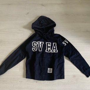 Marinblå äkta Svea hoddie med bra passform. Använd 1 gång och passar även dom som bär XS. 200kr+frakt