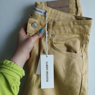 Men HUR SNYGGA. Ljusgula jeans i stretchigt material från Carin Wester. Helt nya och oanvända! Höga i midjan och vida vid benen. Storlek 40 💛